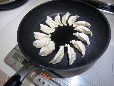 D2フライパンを使って餃子料理