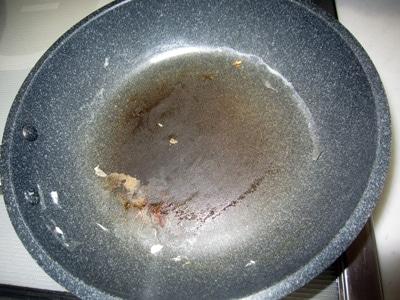 目玉焼き後のフライパンの汚れ
