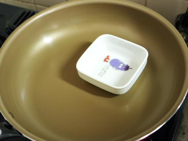 少し深さのあるお皿をフライパンに入れる