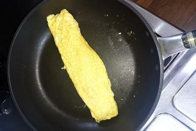 テフロンフライパンで卵焼き
