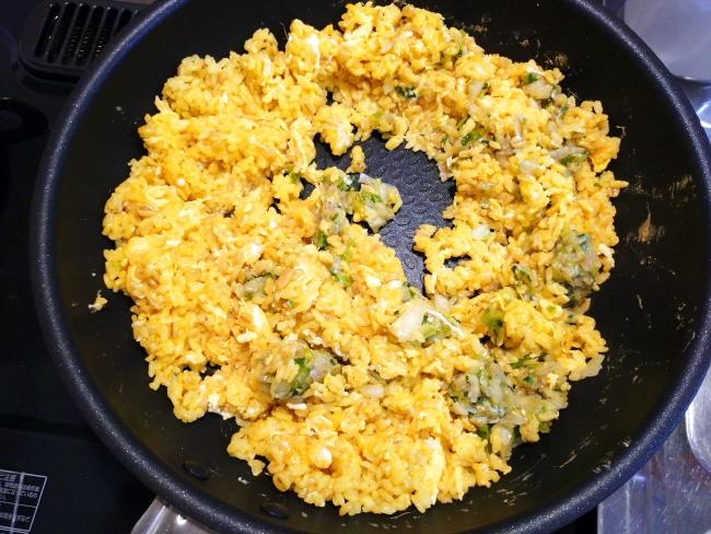 卵とご飯を混ぜる