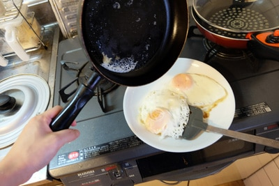 卵の残りがフライパンにくっついている